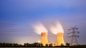 Torre de enfriamiento de la central eléctrica en la noche foto de archivo libre de regalías