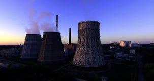 Torre de enfriamiento de la central nuclear 4K almacen de metraje de vídeo