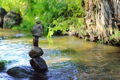 Torre de equilíbrio das rochas foto de stock