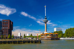 Torre de Euromast em Rotterdam com flutuação do restaurante chinês foto de stock