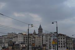 Torre de Galata cercada por casas de Istambul fotografia de stock royalty free