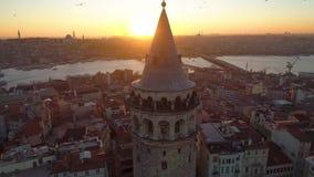 Torre de Galata em Istambul, Turkie O zangão aéreo disparou de cima de, centro de cidade, baixa Por do sol video estoque
