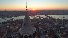 Torre de Galata em Istambul, Turkie O zangão aéreo disparou de cima de, centro de cidade, baixa Por do sol filme
