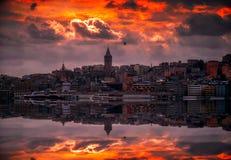 Torre de Galata en la noche en Estambul Turquía imagenes de archivo