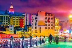 Torre de Galata y edificios coloridos de Karakoy Estambul, Turquía fotografía de archivo libre de regalías