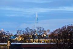 Torre de Gazprom do foguete de decolagem sobre o Peter e o Paul Cathedral imagens de stock