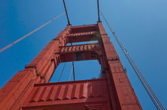 Torre de golden gate bridge de diretamente abaixo fotografia de stock