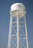 Torre de água de encontro ao céu azul desobstruído Foto de Stock Royalty Free