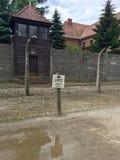 Torre de guardia y cerca de perímetro en campo de concentración de Auschwitz imágenes de archivo libres de regalías