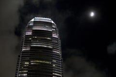 Torre de IFC en la noche fotos de archivo