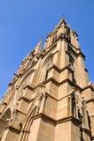 Torre de iglesia bajo el cielo azul Fotografía de archivo