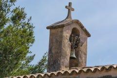 Torre de iglesia con la campana en estilo español Imagen de archivo