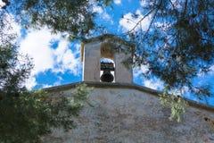 Torre de iglesia con la campana en estilo español Foto de archivo