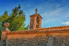 Torre de iglesia con la campana en estilo español Foto de archivo libre de regalías