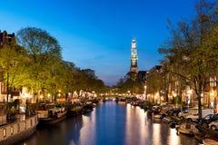 Torre de iglesia de Amsterdam Westerkerk en el canal Fotografía de archivo libre de regalías