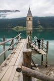 Torre de iglesia de Lago di Resia en Curon Venosta Imagen de archivo libre de regalías