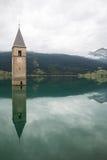 Torre de iglesia de Lago di Resia en Curon Venosta Fotografía de archivo libre de regalías