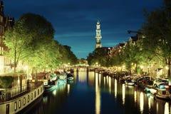 Torre de iglesia de Westerkerk en el canal en Amsterdam Foto de archivo libre de regalías