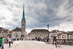 Torre de iglesia del nster del ¼ de Fraumà del cke del ¼ del nsterbrà del ¼ de MÃ, ricos del ¼ de ZÃ, Switze Fotografía de archivo