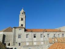 Torre de iglesia dominicana en la ciudad vieja de Dubrovnik Fotografía de archivo libre de regalías