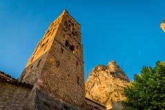 Torre de iglesia en Moustiers Sainte Marie fotografía de archivo