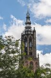 Torre de iglesia holandesa vieja contra un cielo azul nublado fotos de archivo libres de regalías
