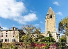 Torre de iglesia monumental en la isla Ile Barbe en el Saone, adentro Fotografía de archivo