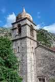 Torre de iglesia ortodoxa servia imagen de archivo