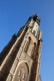 Torre de iglesia que se eleva al cielo fotos de archivo
