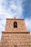 Torre de iglesia vieja del pueblo de Socaire - desierto de Atacama, Chile imagen de archivo