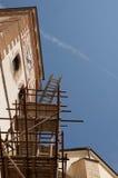 Torre de iglesia y andamio Imágenes de archivo libres de regalías
