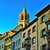 Torre de iglesia y fachada histórica Fotos de archivo libres de regalías