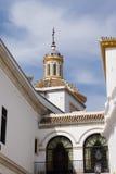 Torre de igreja branca em Sevilha foto de stock