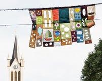 Torre de igreja e bandeiras festivas decorativas em Keszthely, Hungria, Fotos de Stock Royalty Free
