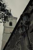 Torre de igreja e lâmpada de rua mim Fotos de Stock Royalty Free