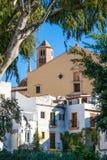 Torre de igreja espanhola que negligencia a cidade Foto de Stock