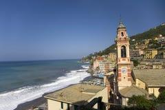 Torre de igreja nas comunidades italianas do beira-mar perto de Santa Margarita, o Riviera italiano, no mar Mediterrâneo, Itália, Imagem de Stock Royalty Free