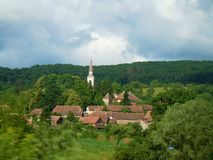 Torre de igreja que aumenta das árvores verdes imagens de stock royalty free