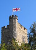 Torre de igreja que voa a bandeira de George de Saint Foto de Stock