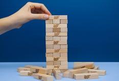 Torre de Jenga da construção da mão do jogador construída Fotografia de Stock