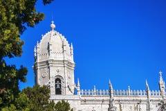 Torre de Jeronimos contra um céu azul fotos de stock royalty free