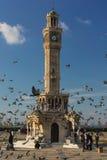 Torre de Konak en Esmirna con las palomas del vuelo Foto de archivo libre de regalías