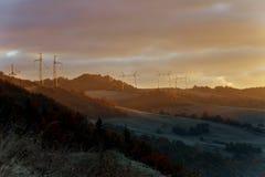 Torre de líneas eléctricas en la niebla del pre-amanecer en las cercanías imágenes de archivo libres de regalías