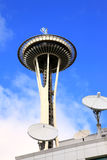 Torre de la aguja del espacio de Seattle y platos basados en los satélites. Imagen de archivo libre de regalías