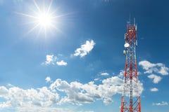 Torre de la antena de radio y del satélite de la telecomunicación Foto de archivo libre de regalías