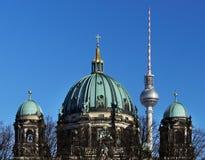 Torre de la torre de Berlin Cathedral y de la televisión fotografía de archivo libre de regalías