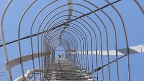 Torre de la célula contra el cielo azul almacen de video