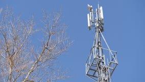 Torre de la célula contra el cielo azul almacen de metraje de vídeo