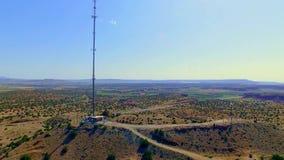 Torre de la célula de la telecomunicación en el país almacen de metraje de vídeo