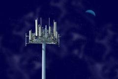 Torre de la célula en la noche Fotos de archivo libres de regalías